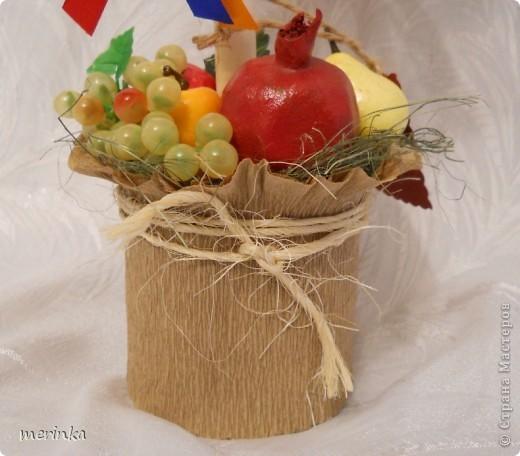 """Всем привет. Май считается для Армении месяцем побед, да и весна в самом разгаре, уже появились свежие овощи, скоро придет черед вкуснейшим фруктам. На этой радостной ноте у меня вырос вот такой топиарий, который я назвала """"Армения"""". И в скором будущем отправится он в сувенирный.  Кстати, я заметила, что спросом больше всего пользуются топиарии, где присутствует национальный колорит.  фото 4"""