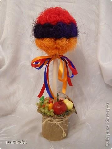 """Всем привет. Май считается для Армении месяцем побед, да и весна в самом разгаре, уже появились свежие овощи, скоро придет черед вкуснейшим фруктам. На этой радостной ноте у меня вырос вот такой топиарий, который я назвала """"Армения"""". И в скором будущем отправится он в сувенирный.  Кстати, я заметила, что спросом больше всего пользуются топиарии, где присутствует национальный колорит.  фото 6"""
