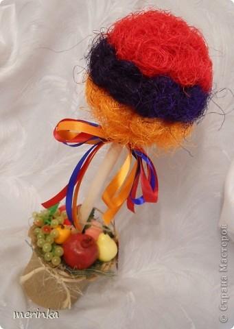 """Всем привет. Май считается для Армении месяцем побед, да и весна в самом разгаре, уже появились свежие овощи, скоро придет черед вкуснейшим фруктам. На этой радостной ноте у меня вырос вот такой топиарий, который я назвала """"Армения"""". И в скором будущем отправится он в сувенирный.  Кстати, я заметила, что спросом больше всего пользуются топиарии, где присутствует национальный колорит.  фото 2"""