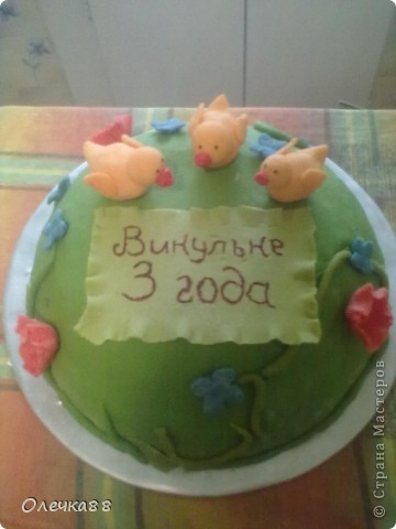 """Вот и мой второй мастичный тортик ко дню рождения моей дочурки. Делать его не собиралась. Поэтому он получился """"экстренным"""". Но Викуле очень понравился. фото 1"""