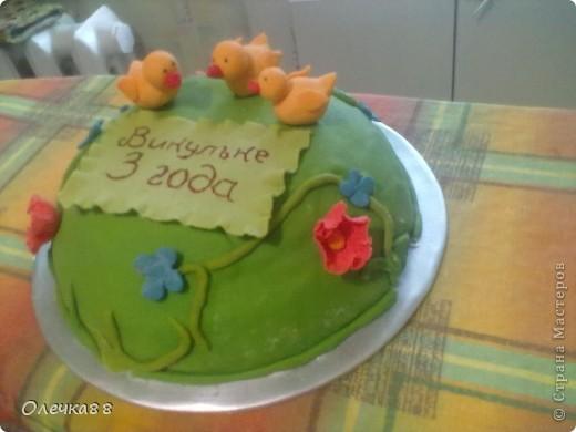 """Вот и мой второй мастичный тортик ко дню рождения моей дочурки. Делать его не собиралась. Поэтому он получился """"экстренным"""". Но Викуле очень понравился. фото 2"""