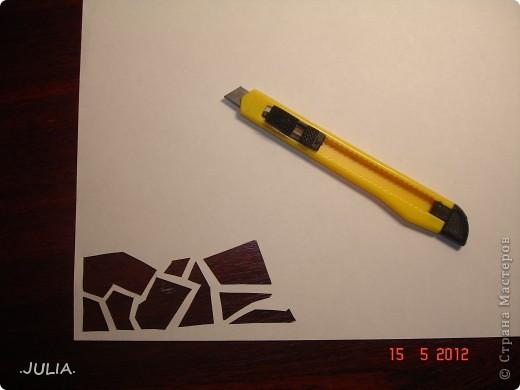 Материалы: 1)бумага(1 лист белой,1 лист цветной) 2)нитки (2 цвета) 3)канцелярский нож 4)золотой фломастер,краска или пудра 5)ножницы Из листа белой бумаги канцелярским ножом вырезаем узор(любой). фото 1