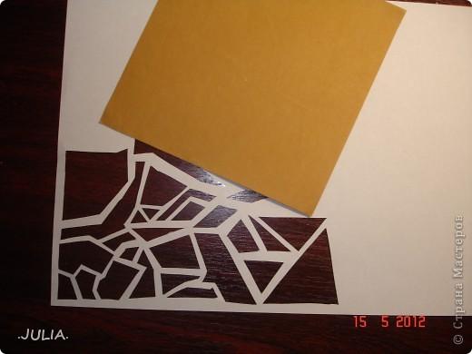 Материалы: 1)бумага(1 лист белой,1 лист цветной) 2)нитки (2 цвета) 3)канцелярский нож 4)золотой фломастер,краска или пудра 5)ножницы Из листа белой бумаги канцелярским ножом вырезаем узор(любой). фото 2