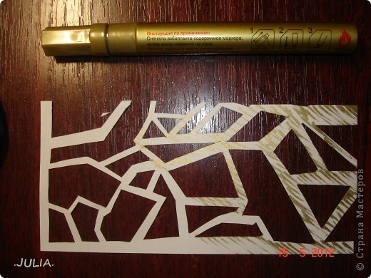 Материалы: 1)бумага(1 лист белой,1 лист цветной) 2)нитки (2 цвета) 3)канцелярский нож 4)золотой фломастер,краска или пудра 5)ножницы Из листа белой бумаги канцелярским ножом вырезаем узор(любой). фото 3