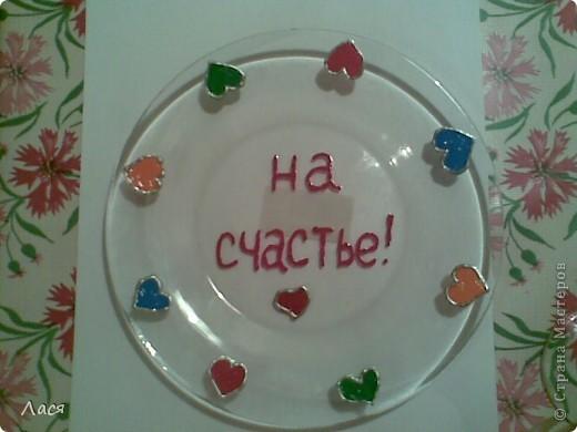 Обычная стеклянная тарелка, краски по стеклу и контур. Тарелка оказалась из закаленного стекла, разбилась только топором )))) Так же были расписаны бокалы, их тоже разбивали, они из обычного стекла )))
