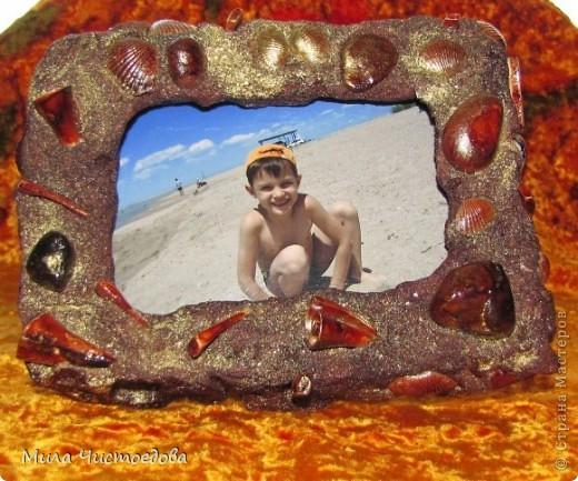 маленькая рамка 10*15. использовала соленое тесто (соль крупная) камушки и ракушки, все покрыла лаком для дерева фото 1