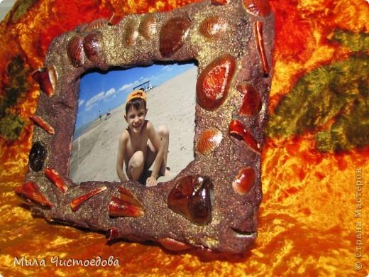 маленькая рамка 10*15. использовала соленое тесто (соль крупная) камушки и ракушки, все покрыла лаком для дерева фото 2