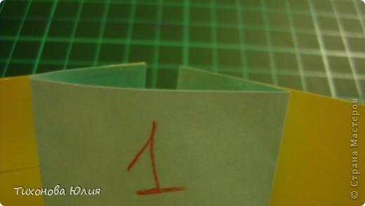 Так выглядит первый разворот альбома. Для работы понадобится 2 листа бумаги для пастели 21*21 см разных цветов. 8 фотографий 10*10см. Клей или узкий двусторонний скотч. фото 13