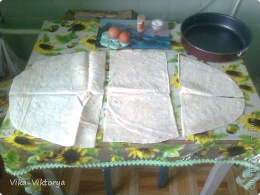 """Доброго времени суток дорогие мастерицы!  Предлагаю вашему вниманию рецепт вкусного пирога """"А ля хачапури"""".   Нам понадобится: Лист тонкого армянского лаваша 350 грамм адыгейского сыра 250 грамм твёрдого сыра 200 грамм творога 2 яйца 1 стакан кефира 1% пучок разнообразной зелени. фото 2"""