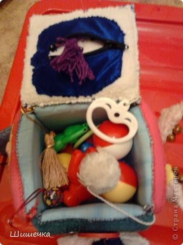 Здравствуйте жители Страны Мастеров! Хочу показать вам игрушки, которые я делала своей доченьке. Это первая Осьминожка-обннимашка, шила её в подарок дочьке на Крещение, когда ей было 7 месяцев. Идею подсмотрела у одной прекрасной женщины... Щупальца осьминого длинные и мягкие, на каждом есть игрушки: прорезыватель для зубов, кольцо и карабин (можно прицепить), бусины на шнурках, паралоновые висюльки, косички из ниток с бантиками и т.п. за всё можно дёргать, грызть, таскать :) фото 14