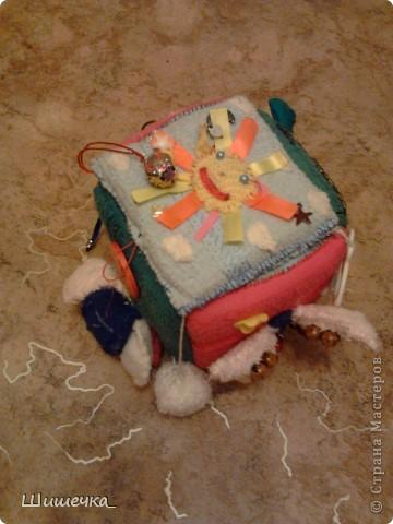 Здравствуйте жители Страны Мастеров! Хочу показать вам игрушки, которые я делала своей доченьке. Это первая Осьминожка-обннимашка, шила её в подарок дочьке на Крещение, когда ей было 7 месяцев. Идею подсмотрела у одной прекрасной женщины... Щупальца осьминого длинные и мягкие, на каждом есть игрушки: прорезыватель для зубов, кольцо и карабин (можно прицепить), бусины на шнурках, паралоновые висюльки, косички из ниток с бантиками и т.п. за всё можно дёргать, грызть, таскать :) фото 2