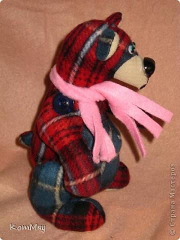 """Дорогие мои мастерицы и мастера! Сегодня я объявляю совместный пошив клетчатых медведей. Приглашаю всех, кто умеет и кто не умеет шить, потому что буду подробно рассказывать как шить такого мишку.  Сразу оговорюсь - шить будем вручную!!! Никаких швейных машинок мы не используем. Пугаться не надо, потому что шить его легко и быстро.   Итак, на всё-про всё нам с вами почти три недели. До конца этой недели мы готовим материалы для шитья. Следующую неделю шьём (хотя, если честно, реально шить его всего два часа!!! Чесслово!). Потом в течение следующей - третьей - недели присылаем мне в электронку (sveta180662@yandex.ru) готовые фотографии ваших клетчатых медведей, я их выкладываю в конце нашего поста и радуемся вместе.  И так мы с вами должны уложиться с пошивом до 1 июня! ПРИУРОЧИВАЕМ ЭТОТ ПОШИВ К ДНЮ ЗАЩИТЫ ДЕТЕЙ!!! А потом.... Потом мы с вами (если получится, сможем ещё и обменяться нашими мишками). Но это уже в июне, если всё пойдёт у нас с вами нормально.   ДОБАВЛЕНО! ВНИМАНИЕ!!! Дорогие мои мастерицы, открываю вам маленький секретик, чтобы немного порадовать вас. По итогам нашего пошива я разыграю лотерею и к тому, кому повезёт, отправится в качестве подарка один из моих клетчатых мишек. Вот такая у нас с вами будет """"конфетка""""...  Дорогие мастерицы! У нас уже есть первые итоги совместного пошива! Приглашаю вас в нашу фотогалерею за вдохновением... http://stranamasterov.ru/node/365539    фото 6"""