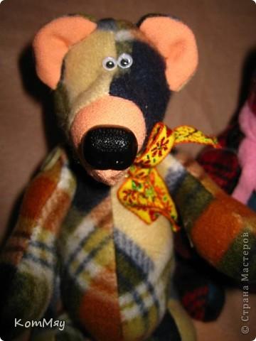 """Дорогие мои мастерицы и мастера! Сегодня я объявляю совместный пошив клетчатых медведей. Приглашаю всех, кто умеет и кто не умеет шить, потому что буду подробно рассказывать как шить такого мишку.  Сразу оговорюсь - шить будем вручную!!! Никаких швейных машинок мы не используем. Пугаться не надо, потому что шить его легко и быстро.   Итак, на всё-про всё нам с вами почти три недели. До конца этой недели мы готовим материалы для шитья. Следующую неделю шьём (хотя, если честно, реально шить его всего два часа!!! Чесслово!). Потом в течение следующей - третьей - недели присылаем мне в электронку (sveta180662@yandex.ru) готовые фотографии ваших клетчатых медведей, я их выкладываю в конце нашего поста и радуемся вместе.  И так мы с вами должны уложиться с пошивом до 1 июня! ПРИУРОЧИВАЕМ ЭТОТ ПОШИВ К ДНЮ ЗАЩИТЫ ДЕТЕЙ!!! А потом.... Потом мы с вами (если получится, сможем ещё и обменяться нашими мишками). Но это уже в июне, если всё пойдёт у нас с вами нормально.   ДОБАВЛЕНО! ВНИМАНИЕ!!! Дорогие мои мастерицы, открываю вам маленький секретик, чтобы немного порадовать вас. По итогам нашего пошива я разыграю лотерею и к тому, кому повезёт, отправится в качестве подарка один из моих клетчатых мишек. Вот такая у нас с вами будет """"конфетка""""...  Дорогие мастерицы! У нас уже есть первые итоги совместного пошива! Приглашаю вас в нашу фотогалерею за вдохновением... http://stranamasterov.ru/node/365539    фото 12"""