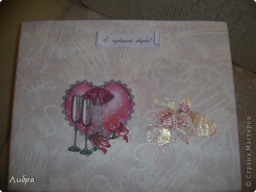 Решила сестренке на первую годовщину сделать подарок. Празднование годовщины было ознаменованно в розовом стиле. Начнем с коробки, она правда делалась очень быстро, как и весь набор, поэтому видно ляпы. фото 2