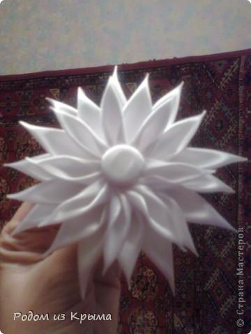 Понравилась моя бордовая хризантемка-брошка Катиной подружке, заказала точно такую-же, только белую. Но все равно хризантемы отличаются между собой (из-за разной сборки, пытаюсь найти для себя наиболее приемлемый результат) фото 1
