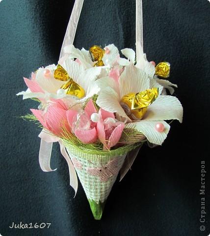 Здравствуй СТРАНА. Вот такой миник подвесной наваяла за ночь. Подарок для подружки дочери. Доча выяснила любимые цветы подруги- белые лилии, любимые конфеты - леденцы. Вот попыталась совместить. Шоколадных конфет всё-таки добавила- но леденцов там больше фото 2