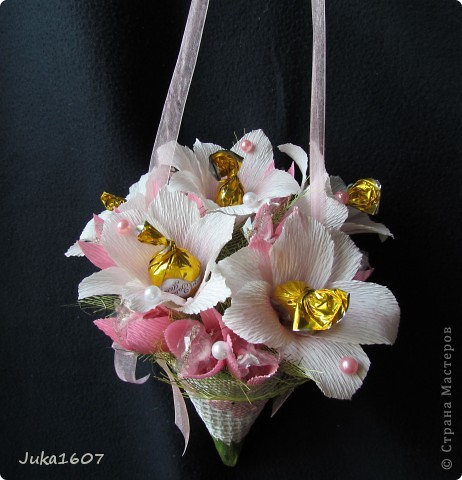 Здравствуй СТРАНА. Вот такой миник подвесной наваяла за ночь. Подарок для подружки дочери. Доча выяснила любимые цветы подруги- белые лилии, любимые конфеты - леденцы. Вот попыталась совместить. Шоколадных конфет всё-таки добавила- но леденцов там больше фото 1