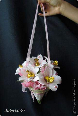 Здравствуй СТРАНА. Вот такой миник подвесной наваяла за ночь. Подарок для подружки дочери. Доча выяснила любимые цветы подруги- белые лилии, любимые конфеты - леденцы. Вот попыталась совместить. Шоколадных конфет всё-таки добавила- но леденцов там больше фото 3