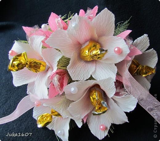 Здравствуй СТРАНА. Вот такой миник подвесной наваяла за ночь. Подарок для подружки дочери. Доча выяснила любимые цветы подруги- белые лилии, любимые конфеты - леденцы. Вот попыталась совместить. Шоколадных конфет всё-таки добавила- но леденцов там больше фото 4