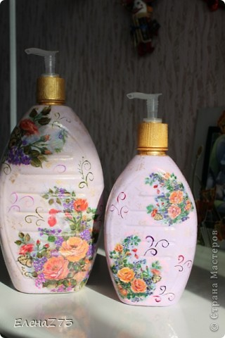 Остались от жидкого мыла две прелестные бутылочки, ну не выбрасывать же такую прелесть, декупажик, подрисовка и новая жизнь началась.