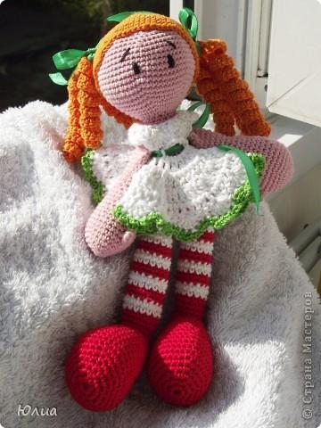 Добрый день, Мастерицы!!!!! Заразилась я тут новой болезнью! Вяжу игрушки крючком!!!! Про ленты, правда , не забываю - по-маленько вышиваю! Вот здесь увидела куклену http://luera-toy.blogspot.com/2012/03/blog-post_10.html И так уж она мне понравилась, что тут же села за вязание!  фото 1