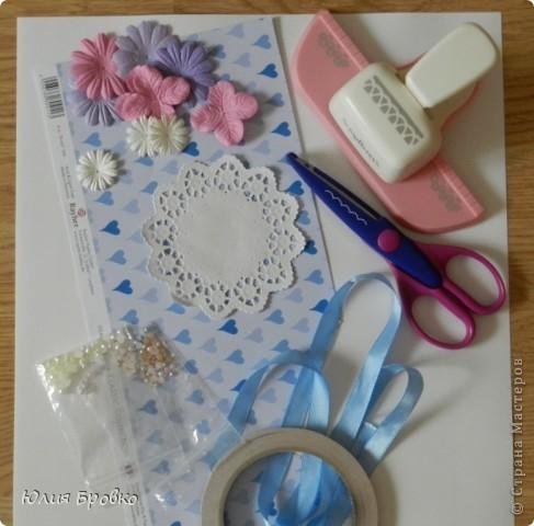 Приветик!!! Сегодня покажу обещанный МК по коробочкам-сюрпризам или Magic-box!  Итак, начнем... Материалы: - бумага для акварели (у меня основа белая, можно использовать любой цвет); - скрапбумага; - двухсторонний скотч. Материалы для украшения: - бумажная салфетка, - бумажные плоские цветы, - полубусины, - атласная лента и прочие украшения, а также инструменты (фигурные ножницы, фигурные дыроколы и т.д.) фото 1