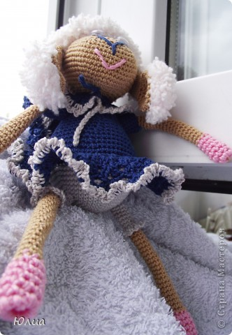 Добрый день, Мастерицы!!!!! Заразилась я тут новой болезнью! Вяжу игрушки крючком!!!! Про ленты, правда , не забываю - по-маленько вышиваю! Вот здесь увидела куклену http://luera-toy.blogspot.com/2012/03/blog-post_10.html И так уж она мне понравилась, что тут же села за вязание!  фото 8