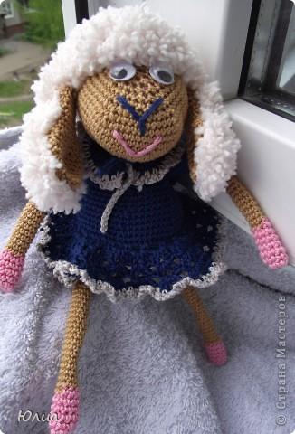 Добрый день, Мастерицы!!!!! Заразилась я тут новой болезнью! Вяжу игрушки крючком!!!! Про ленты, правда , не забываю - по-маленько вышиваю! Вот здесь увидела куклену http://luera-toy.blogspot.com/2012/03/blog-post_10.html И так уж она мне понравилась, что тут же села за вязание!  фото 6
