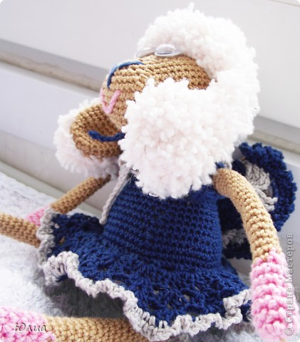 Добрый день, Мастерицы!!!!! Заразилась я тут новой болезнью! Вяжу игрушки крючком!!!! Про ленты, правда , не забываю - по-маленько вышиваю! Вот здесь увидела куклену http://luera-toy.blogspot.com/2012/03/blog-post_10.html И так уж она мне понравилась, что тут же села за вязание!  фото 9