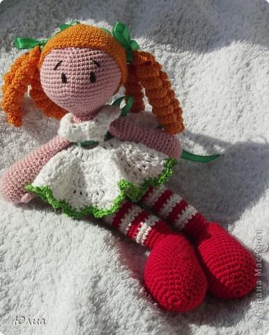 Добрый день, Мастерицы!!!!! Заразилась я тут новой болезнью! Вяжу игрушки крючком!!!! Про ленты, правда , не забываю - по-маленько вышиваю! Вот здесь увидела куклену http://luera-toy.blogspot.com/2012/03/blog-post_10.html И так уж она мне понравилась, что тут же села за вязание!  фото 2