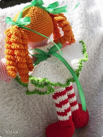 Добрый день, Мастерицы!!!!! Заразилась я тут новой болезнью! Вяжу игрушки крючком!!!! Про ленты, правда , не забываю - по-маленько вышиваю! Вот здесь увидела куклену http://luera-toy.blogspot.com/2012/03/blog-post_10.html И так уж она мне понравилась, что тут же села за вязание!  фото 3