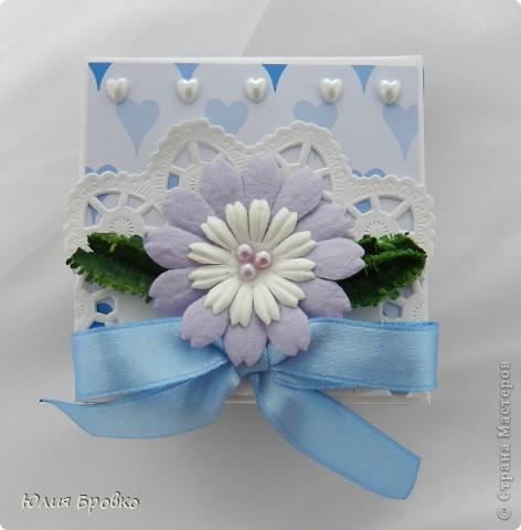 Приветик!!! Сегодня покажу обещанный МК по коробочкам-сюрпризам или Magic-box!  Итак, начнем... Материалы: - бумага для акварели (у меня основа белая, можно использовать любой цвет); - скрапбумага; - двухсторонний скотч. Материалы для украшения: - бумажная салфетка, - бумажные плоские цветы, - полубусины, - атласная лента и прочие украшения, а также инструменты (фигурные ножницы, фигурные дыроколы и т.д.) фото 9
