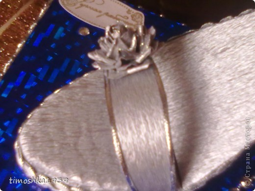 Такой туфелькой и розами я оформила коробку конфет. Бусы, стразы и тесьма приклеены на горячий клей.  фото 3