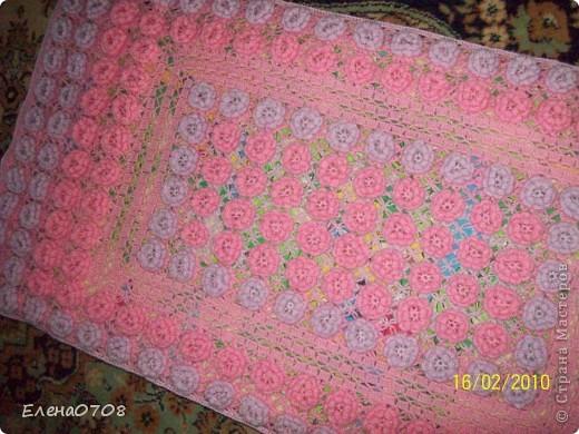 Это покрывальце я вязала в детскую кроватку для своей младшей внучки. Немного просчиталась с пряжей, поэтому пришлось внутри по периметру делать обвязочку без цветов. Всего пришлось связать 214 цветочков. Пряжа - 60% акрил, 40% ангорка. фото 1