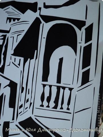 Старожилы Тбилиси говорят, что город теряет свой облик, что «это уже не тот Тбилиси.» Но подобное мы слышим и о Киеве. И, наверное, так оно и есть. Но для человека, приехавшего сюда впервые, город все равно кажется каким-то пришельцем из прошлого. Двух-трех-этажные каменные, кирпичные дома с резными деревянными балконами (в основном середины XIX в.) стоят нетронутыми с момента их постройки. Ты словно переносишься на десятки, а то и на сотню-другую летназад. И даже не верится, что в этих домах до сих пор живут люди...  Александра Рахманова, «Аргумент»  фото 2