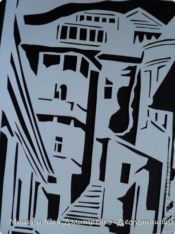 Старожилы Тбилиси говорят, что город теряет свой облик, что «это уже не тот Тбилиси.» Но подобное мы слышим и о Киеве. И, наверное, так оно и есть. Но для человека, приехавшего сюда впервые, город все равно кажется каким-то пришельцем из прошлого. Двух-трех-этажные каменные, кирпичные дома с резными деревянными балконами (в основном середины XIX в.) стоят нетронутыми с момента их постройки. Ты словно переносишься на десятки, а то и на сотню-другую летназад. И даже не верится, что в этих домах до сих пор живут люди...  Александра Рахманова, «Аргумент»  фото 3