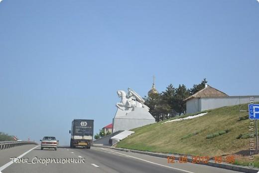 Здравствуйте дорогие мастера и мастерицы!!! Вот я и вернулась с долгого путешествия!! А именно наша поездка была на Запад Украины. В Город Тернополь. И в Радошевку. В общем,туда,там и обратно мы проехали 4000 км. Это очень много. Но мы конечно же старались ночевать через 13-16 часов дороги. Остались безумно довольны. Во-первых понравились места. Во-вторых мы впервые вместе так далеко выезжали,да ещё и на 6 дней!!! Я считаю себя героем. Для меня и моих родителей это действительно подвиг! Свозить ребёнка,который не может самостоятельно ходить в такое путешествие нужна смелость. Были проблемы со здоровьем в дороге,но впечатления всё прикрыли.Так что я считаю что мы совершили невозможное для нас и я горжусь своей семьёй всё больше с каждым днём. Решилась всё же выставить фото Вам. Правда мне немного неудобно т.к большая часть снимков сделана из машины,в движении и не всегда. Так что сразу заранее попрошу прощения у Вас за некоторые некорректные может быть снимки. И ещё хочу пояснить что фотографий с экскурсий,парков и кофешек вы тоже не увидите к сожалению т.к некогда было,итак много дней в пути. Вообще ездили успеть застать папиного дядю в живых и папа с мамой хотели встретиться в Тернополе с соседями по северу,где они все когда-то жили и работали.  Пусть нет таких снимков,но я всё равно покажу то,что я увидела и то что успела заснять. И вот ещё. Показать подряд снимки не получится. Во-первых,после копирования на коп они почему-то все перемешались. А во-вторых я если честно не очень запомнила где,в каком городе и посёлке я увидела тот или иной памятник. За шесть дней столько сёл,посёлков и деревень промелькнуло перед глазами. фото 2