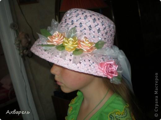 Купила шляпку, форма очень понравилась, с опущенными полями. Очень хорошо сидит, не спадает. И главное Оле идет. Приукрасила шляпку, оторвала все украшения что там были и сделала свои. Сначала хотела сделать в тон к шляпе розы, потом передумала. Для девочки, значит будет ярче и веселее. Забыла сказать, что жгутики из которых шляпа, они свернуты из папиросной бумаги, не синтетика. Полюбопытсвовала, оторвала и развернула кусочек. фото 6