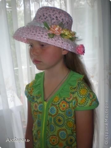 Купила шляпку, форма очень понравилась, с опущенными полями. Очень хорошо сидит, не спадает. И главное Оле идет. Приукрасила шляпку, оторвала все украшения что там были и сделала свои. Сначала хотела сделать в тон к шляпе розы, потом передумала. Для девочки, значит будет ярче и веселее. Забыла сказать, что жгутики из которых шляпа, они свернуты из папиросной бумаги, не синтетика. Полюбопытсвовала, оторвала и развернула кусочек. фото 5