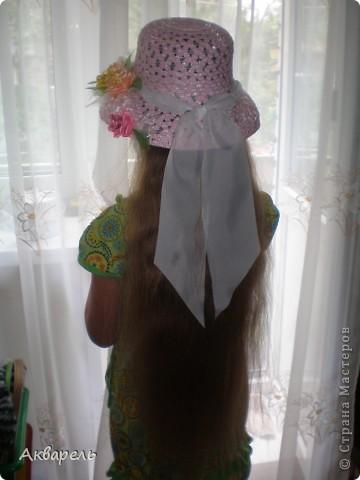 Купила шляпку, форма очень понравилась, с опущенными полями. Очень хорошо сидит, не спадает. И главное Оле идет. Приукрасила шляпку, оторвала все украшения что там были и сделала свои. Сначала хотела сделать в тон к шляпе розы, потом передумала. Для девочки, значит будет ярче и веселее. Забыла сказать, что жгутики из которых шляпа, они свернуты из папиросной бумаги, не синтетика. Полюбопытсвовала, оторвала и развернула кусочек. фото 2