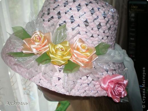 Купила шляпку, форма очень понравилась, с опущенными полями. Очень хорошо сидит, не спадает. И главное Оле идет. Приукрасила шляпку, оторвала все украшения что там были и сделала свои. Сначала хотела сделать в тон к шляпе розы, потом передумала. Для девочки, значит будет ярче и веселее. Забыла сказать, что жгутики из которых шляпа, они свернуты из папиросной бумаги, не синтетика. Полюбопытсвовала, оторвала и развернула кусочек. фото 1