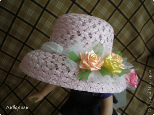 Купила шляпку, форма очень понравилась, с опущенными полями. Очень хорошо сидит, не спадает. И главное Оле идет. Приукрасила шляпку, оторвала все украшения что там были и сделала свои. Сначала хотела сделать в тон к шляпе розы, потом передумала. Для девочки, значит будет ярче и веселее. Забыла сказать, что жгутики из которых шляпа, они свернуты из папиросной бумаги, не синтетика. Полюбопытсвовала, оторвала и развернула кусочек. фото 7