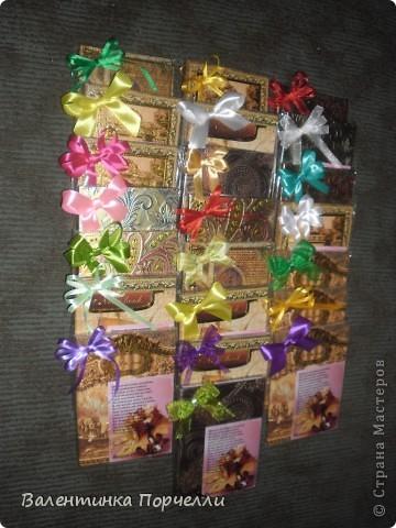 Доброго времени суток!!!!Я сегодня к вам с подарками.Подарками учителям.Мне поручили заняться ими)))Оформить несколько коробок конфет и блокноты всем учителям.Вот результат.Первая коробка на последний звонок-администрации школы. фото 11