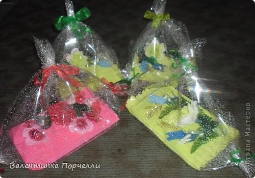 Доброго времени суток!!!!Я сегодня к вам с подарками.Подарками учителям.Мне поручили заняться ими)))Оформить несколько коробок конфет и блокноты всем учителям.Вот результат.Первая коробка на последний звонок-администрации школы. фото 9