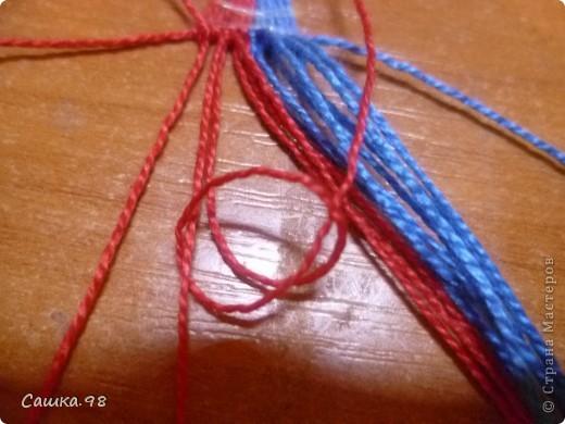 Нам понадобиться : Четное количество ниток(ирис или мулине), как показано в мк по 8 ниток каждого цвета Скотч, изолента или булавка(чтобы прикрепить к столу или к какой-либо ткани) Линейка(чтобы измерять длину ниток) Ножницы( что бы отрезать нитки))  фото 9