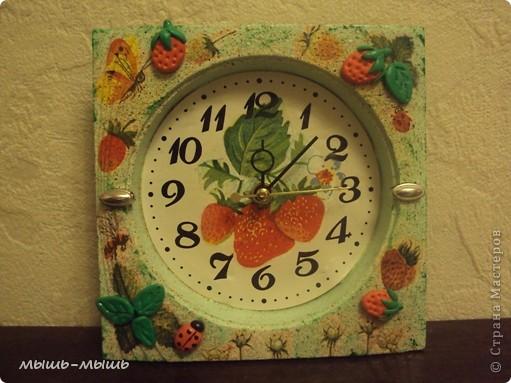 Жили-были небольшие однотонные часы скучного голубого цвета. Захотелось им лета, с пчелами, земляникой. И вот что из этого получилось. фото 2