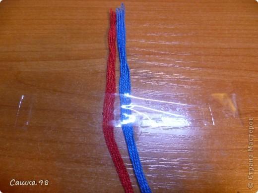 Нам понадобиться : Четное количество ниток(ирис или мулине), как показано в мк по 8 ниток каждого цвета Скотч, изолента или булавка(чтобы прикрепить к столу или к какой-либо ткани) Линейка(чтобы измерять длину ниток) Ножницы( что бы отрезать нитки))  фото 2