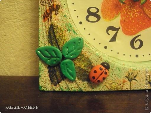 Жили-были небольшие однотонные часы скучного голубого цвета. Захотелось им лета, с пчелами, земляникой. И вот что из этого получилось. фото 4