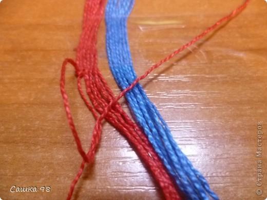 Нам понадобиться : Четное количество ниток(ирис или мулине), как показано в мк по 8 ниток каждого цвета Скотч, изолента или булавка(чтобы прикрепить к столу или к какой-либо ткани) Линейка(чтобы измерять длину ниток) Ножницы( что бы отрезать нитки))  фото 4