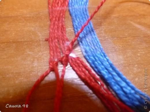 Нам понадобиться : Четное количество ниток(ирис или мулине), как показано в мк по 8 ниток каждого цвета Скотч, изолента или булавка(чтобы прикрепить к столу или к какой-либо ткани) Линейка(чтобы измерять длину ниток) Ножницы( что бы отрезать нитки))  фото 5